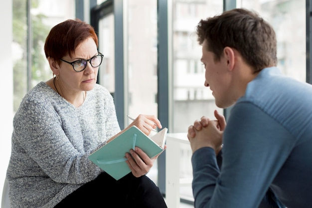 Vue de face du patient et du psychologue