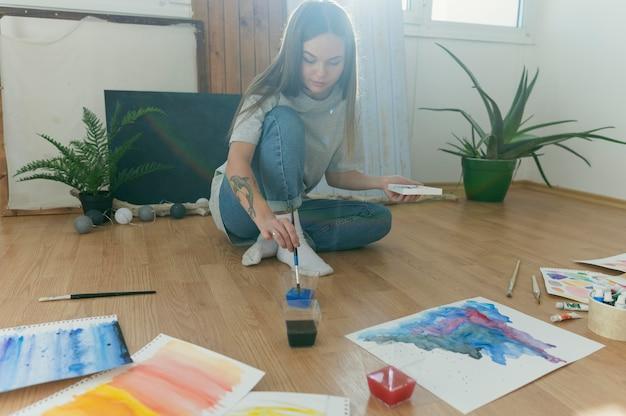 Vue de face du peintre contemporain créatif