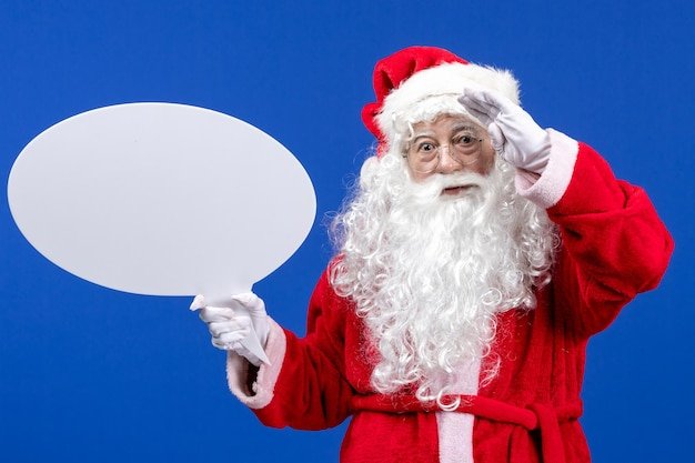 Vue de face du père noël tenant une grande pancarte blanche sur les vacances de noël de couleur neige bleue