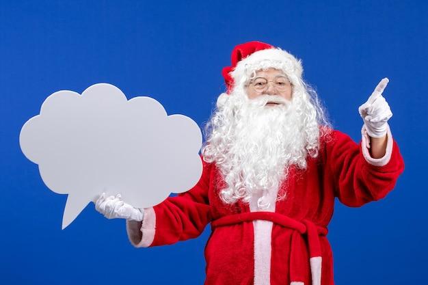 Vue de face du père noël tenant une grande pancarte en forme de nuage blanc sur des vacances de neige de couleur bleue noël