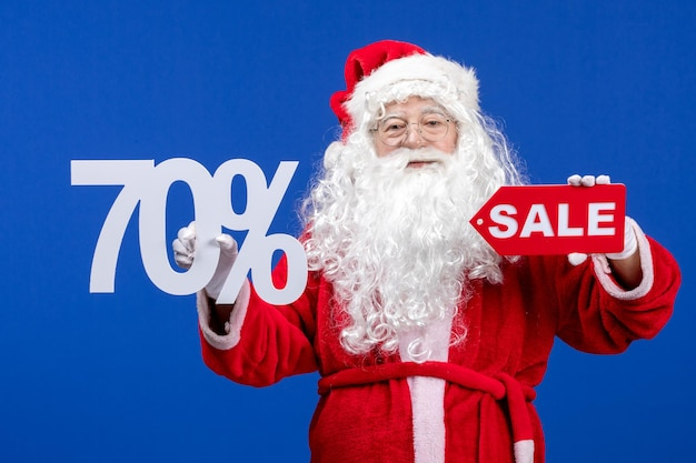 Vue de face du père noël tenant une vente et des écrits sur des vacances de neige de couleur bleue nouvel an noël