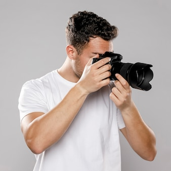Vue de face du photographe masculin