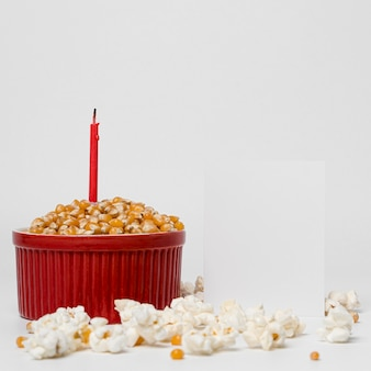 Vue de face du pop-corn avec bougie pour la célébration de lohri