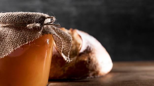 Vue de face du pot de confiture avec du pain