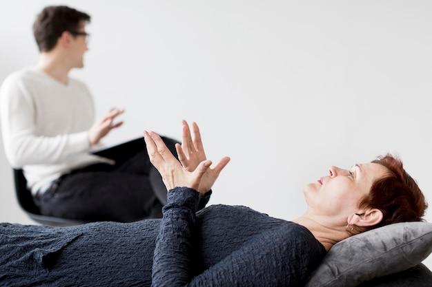 Vue de face du psychologue et du patient avec copie espace