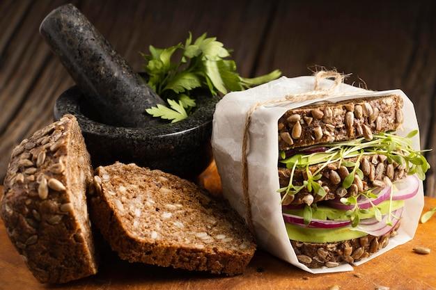 Vue de face du sandwich à la salade avec du pain