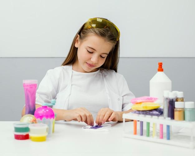 Vue de face du scientifique de la jeune fille faisant slime