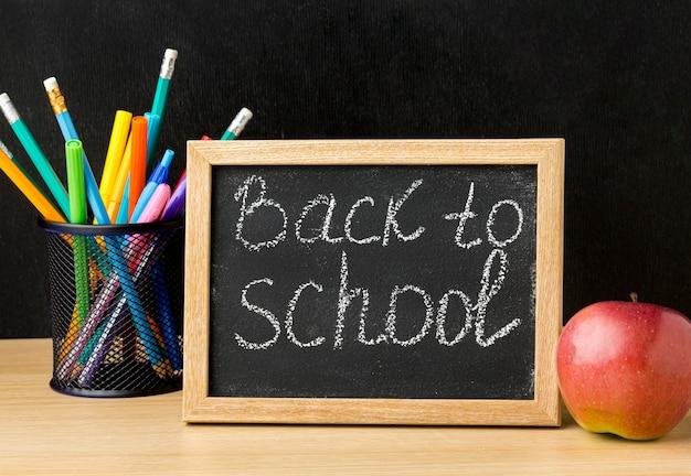 Vue de face du tableau noir de retour à l'école