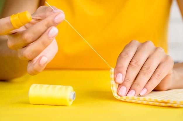 Vue de face du textile couture femme