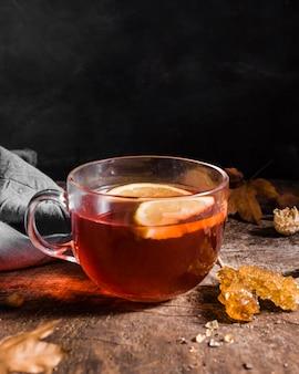 Vue de face du thé avec des tranches de citron