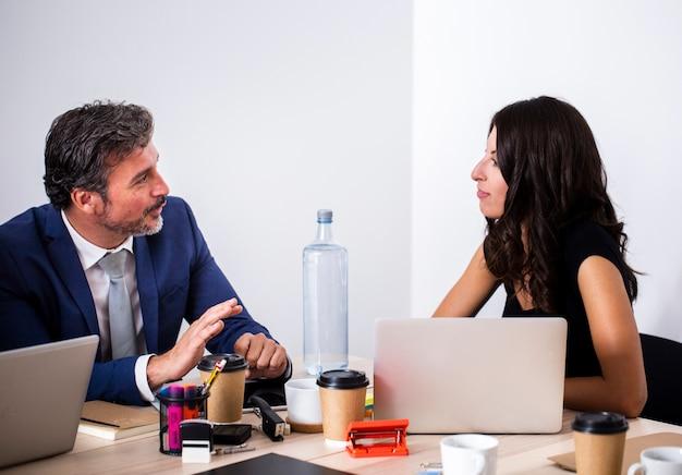 Vue de face du travail d'équipe entre collègues au bureau