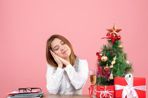 Vue de face du travailleur féminin se sentant fatigué sur rose