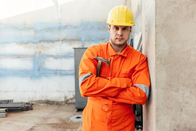 Vue de face du travailleur masculin avec casque et lunettes de sécurité