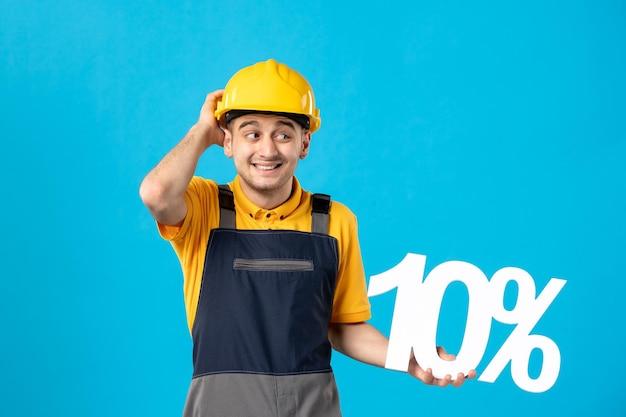 Vue de face du travailleur masculin en uniforme avec écriture sur bleu