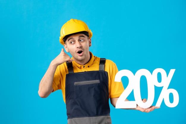 Vue de face du travailleur masculin en uniforme avec l'écriture imitant l'appel téléphonique sur bleu