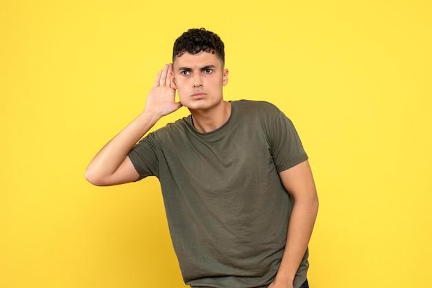 Vue de face du type pensif tient sa main près de son oreille