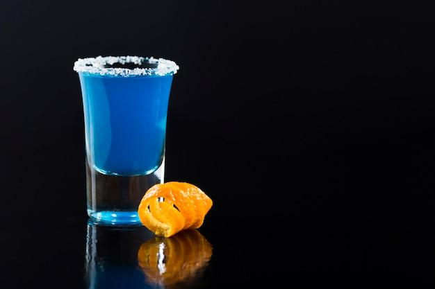 Vue de face du verre à liqueur avec cocktail bleu et espace copie