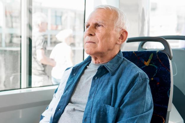 Vue de face du vieil homme dans les transports publics