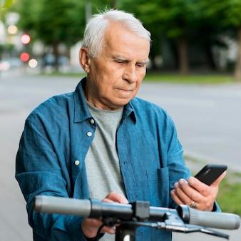 Vue de face du vieil homme sur scooter