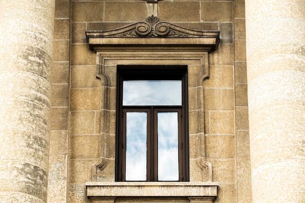 Vue de face du vieux cadre de fenêtre