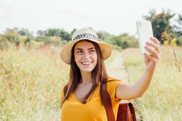 Vue de face du voyageur prenant un selfie