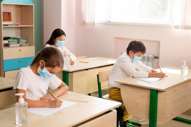 Vue de face de l'école pendant le concept de covid