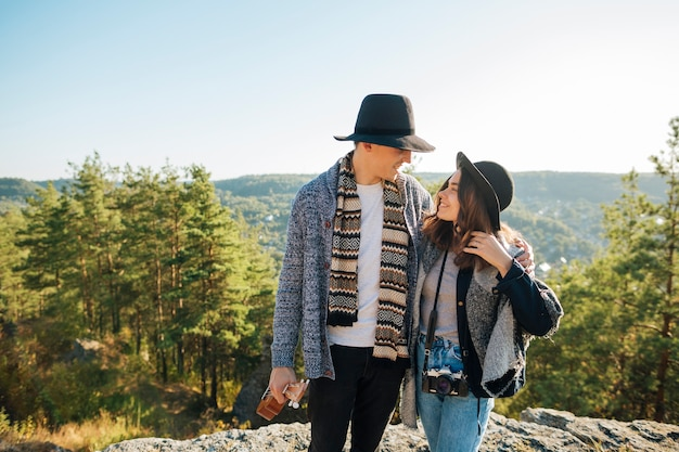 Vue de face élégant jeune couple