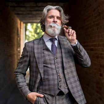 Vue de face élégant mâle mature fumer