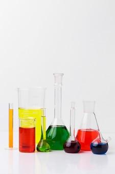 Vue de face des éléments scientifiques avec arrangement de produits chimiques