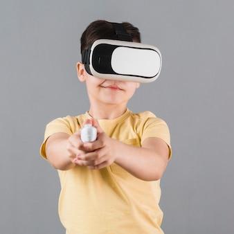 Vue de face d'un enfant à l'aide d'un casque de réalité virtuelle