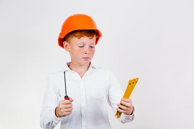 Vue de face enfant mignon avec casque de sécurité