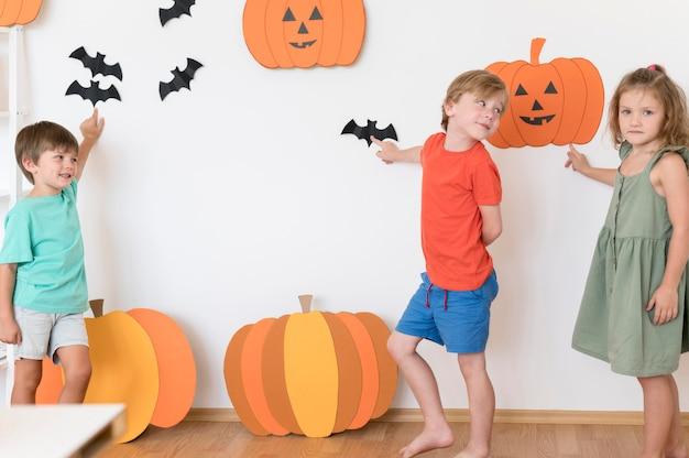 Vue de face des enfants avec des arrangements de concept halloween