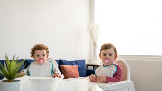 Vue de face des enfants en attente de déjeuner à la maison