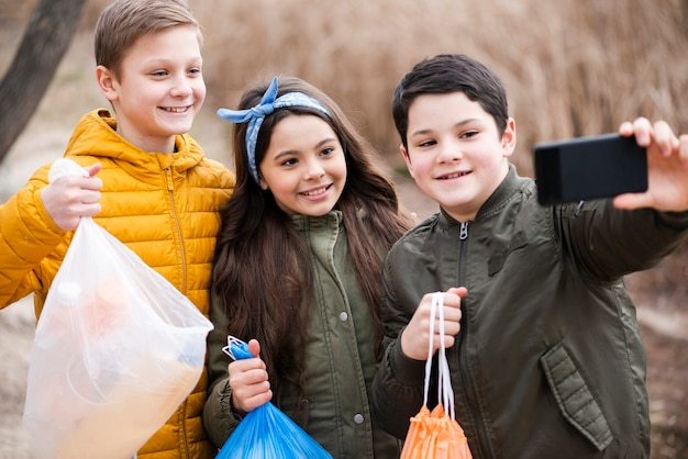 Vue de face des enfants prenant un selfie