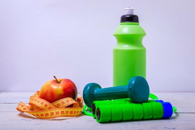 Vue de face des équipements sportifs de couleur verte, concept de mode de vie sain avec espace copie.
