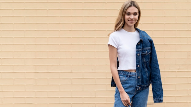 Vue de face de l'espace de copie de mode femme