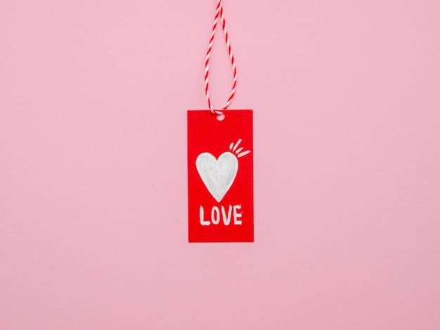 Vue de face d'une étiquette d'amour suspendue