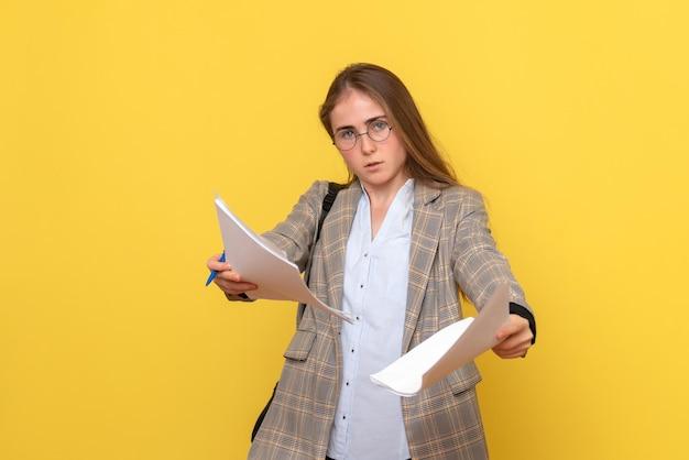 Vue de face d'une étudiante avec des fichiers