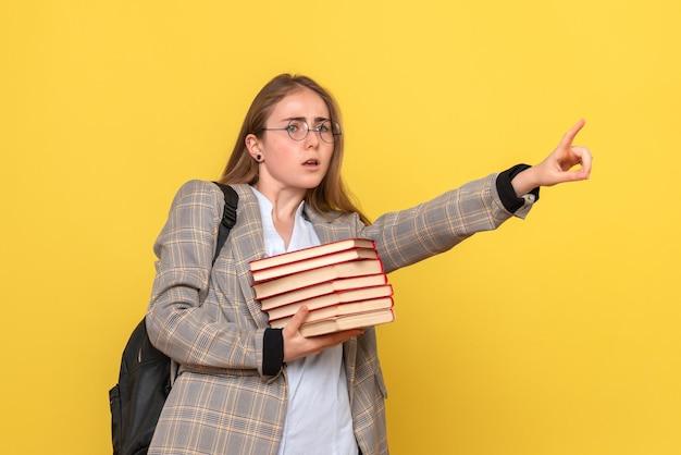 Vue de face d'une étudiante avec des livres