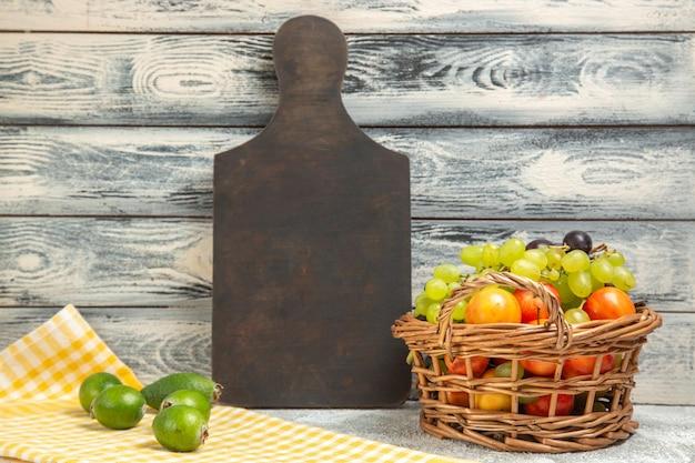 Vue de face feijoa vert frais avec d'autres fruits sur fond gris fruits exotiques tropicaux