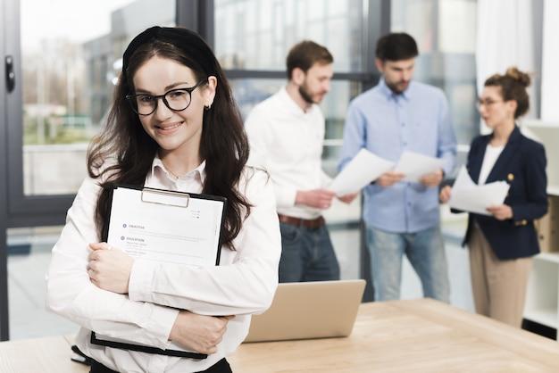 Vue de face d'une femme au bureau prête à tenir un entretien d'embauche
