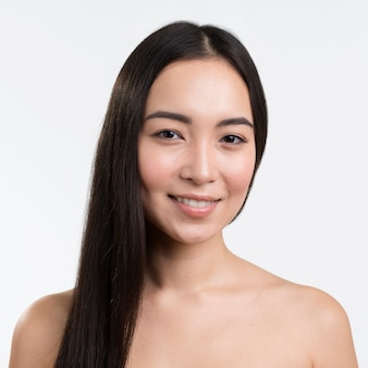 Vue de face femme aux jolis cheveux