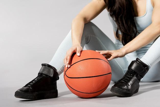 Vue de face de femme avec ballon de basket