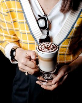 Vue de face femme boit du café au lait
