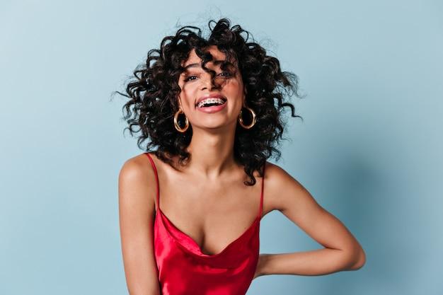 Vue de face de la femme de bonne humeur en robe rouge