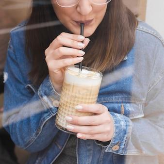 Vue de face femme buvant du café