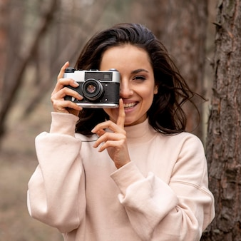 Vue de face femme avec caméra