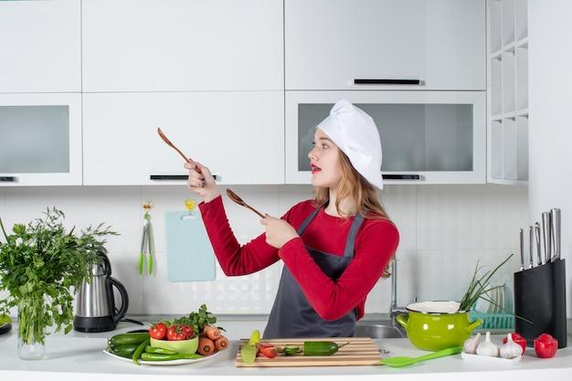 Vue de face femme chef en chapeau de cuisinier