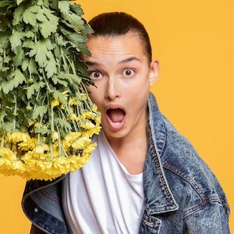 Vue de face de la femme choquée avec bouquet de fleurs