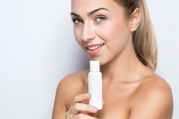 Vue de face de la femme avec le concept de produit de beauté